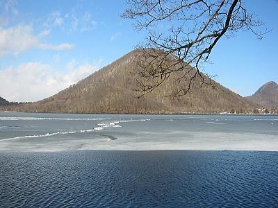 氷の解けた湖