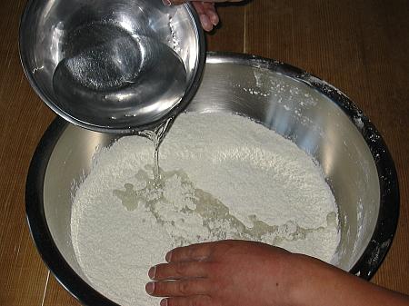 粉に加水する